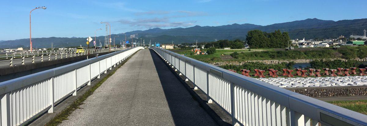 Kustversterking vanaf een brug gezien
